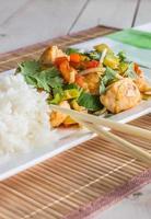 plat asiatique au poulet, légumes et coriandre