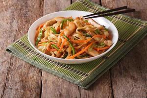chow mein au poulet et légumes, horizontal photo