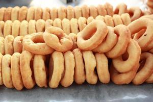 faire des beignets placés dans une rangée. photo