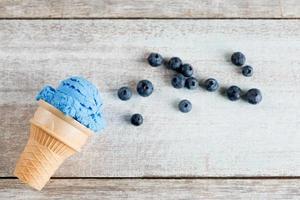 Vue de dessus de la crème glacée bleue en cornet gaufré photo