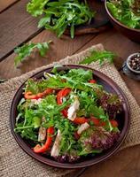 salade diététique au poulet, roquette et poivron rouge