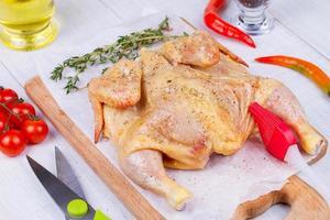 poulet cru entier frais préparé pour le rôti