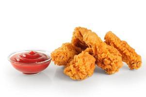 frit dans la pâte des ailes de poulet et du ketchup