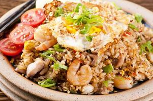 nasi goreng avec œuf au plat, poulet et crevettes