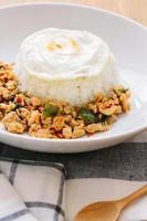 poulet au basilic sauté, œuf au plat avec riz