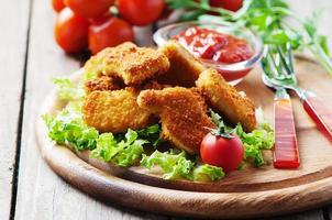 nuggets de poulet sur la table en bois