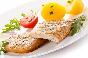 steak grillé et légumes sur fond blanc
