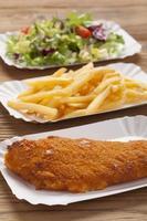 poisson frit et frites sur un bac à papier