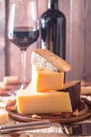 Assiette de fromages assortis avec vin rouge, noix et miel photo