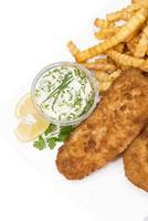 filet de saumon avec chips isolé sur blanc