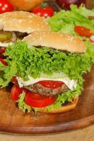 hamburgers, restauration rapide, hamburger, steak haché, laitue, tomate, fromage, concombre