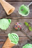 Vue de dessus cornet de crème glacée au matcha photo