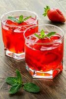 boissons fraises froides avec des tranches de fraise et de menthe photo