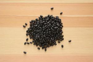 haricots noirs sur bois