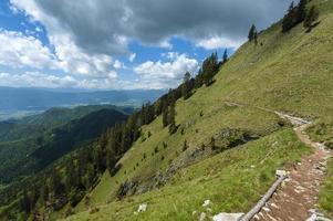 chemin à flanc de colline