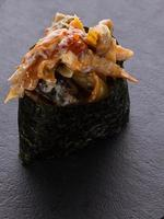 sushi gunkan sur une plaque de pierre