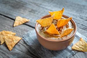 bol de houmous avec des chips de maïs