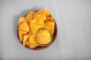 nachos avec une trempette au fromage photo