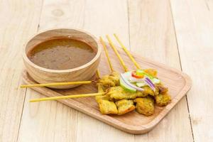 Satay de porc grillé avec sauce aux arachides.