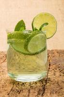 boisson gazeuse décorée de citron vert et de menthe