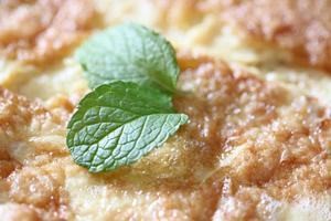 omelette dans le plat et laisse l'herbe de menthe sur l'oeuf. photo