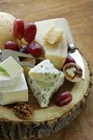 plateau de fromages avec fromages assortis (parmesan, brie, bleu, cheddar) photo