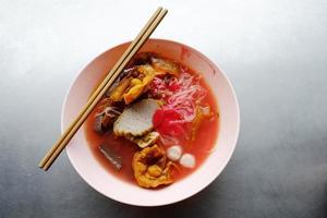 yong tau foo - nouilles asiatiques dans la soupe rouge