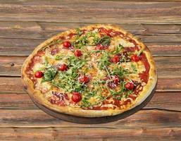 pizza à la roquette, tomate cerise et jambon