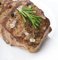 steak de boeuf sur une table en bois. photo