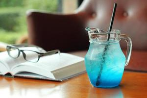 gros plan cocktail bleu froid photo
