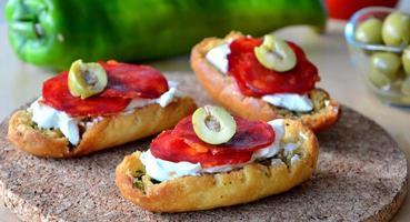 pain bruschetta italien avec salami et mozzarella sur une plaque photo
