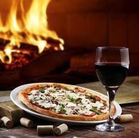pizza dans un four à bois photo