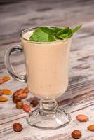 Photo en gros plan d'un délicieux cocktail au lait décoré d'un