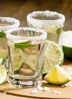tequila mexicaine en argent avec citron vert et sel