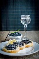 sandwichs au caviar noir et verre de vodka photo