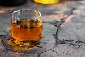 whisky brun doré sur les rochers dans un verre