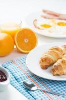 délicieux petit déjeuner avec croissants et jus