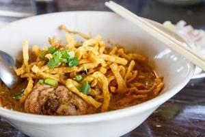 khao soi, soupe de curry de nouilles thaï du nord