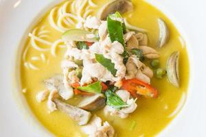 spaghetti au poulet au curry vert thaï