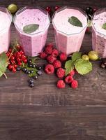 verres de divers smoothies aux fruits frais photo