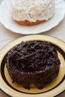 pâtisseries mi-beignets et mi-croissants, chocolat