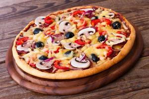 pizza aux fruits de mer sur table en bois