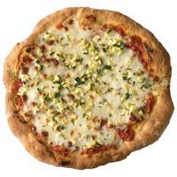 pizza faite maison avec des verts. chemin isolé inclus.
