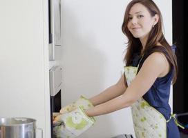 magnifique femme au foyer, cuisson des cookies photo