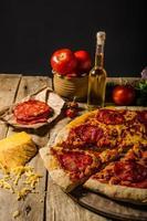 pizza au salami rustique avec du cheddar et du chorizo photo