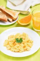œufs brouillés, pain grillé et jus d'orange