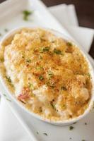 Macaroni au homard et fromage garni d'huile de truffe