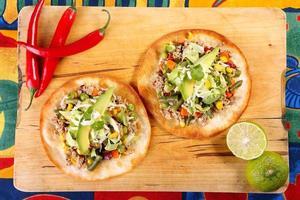 tostadas au boeuf haché et légumes sur fond de bois