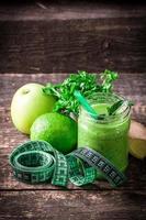 Smoothie détox vert sur table en bois photo