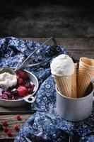 crème glacée dans des cônes de gaufrette